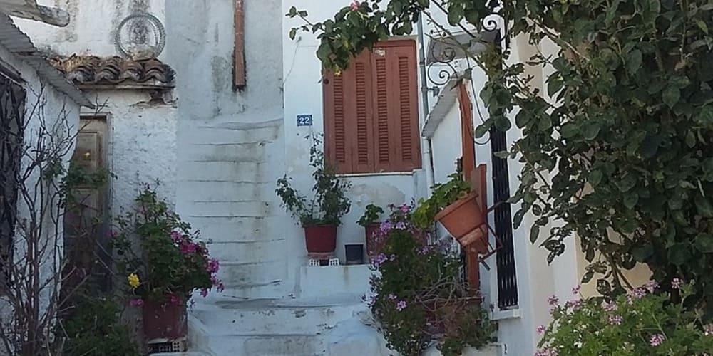 Calle blanca y estrecha del barrio de Plaka que puedes recorrer tu visita a Atenas de 3 días.
