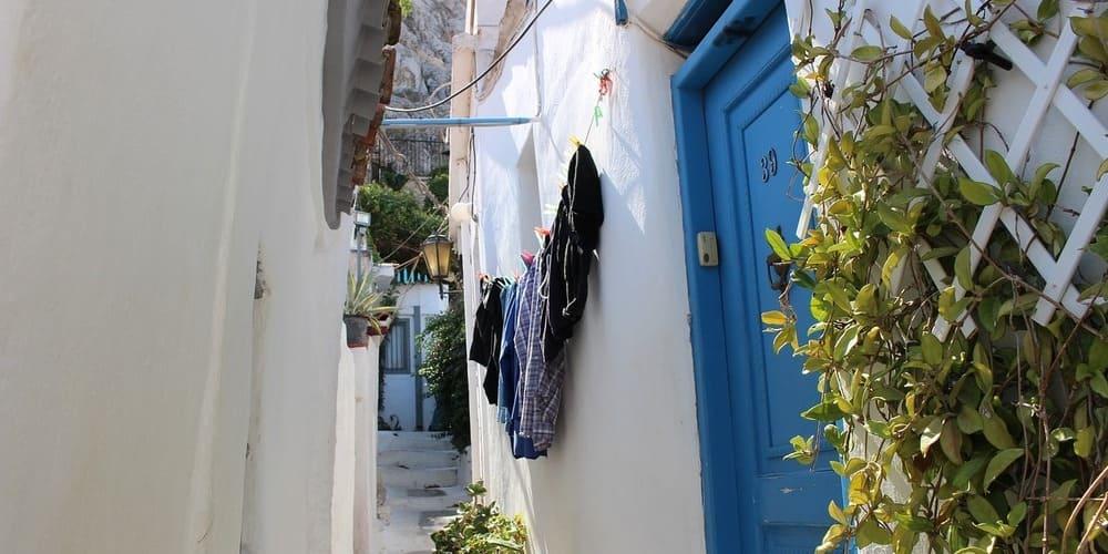 Calle estrecha del barrio de Plaka que ver en Atenas en 1 día.