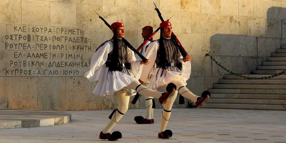 Dos evzoni custodian la Tumba al soldado desconocido, en la Plaza Síntagma, Atenas