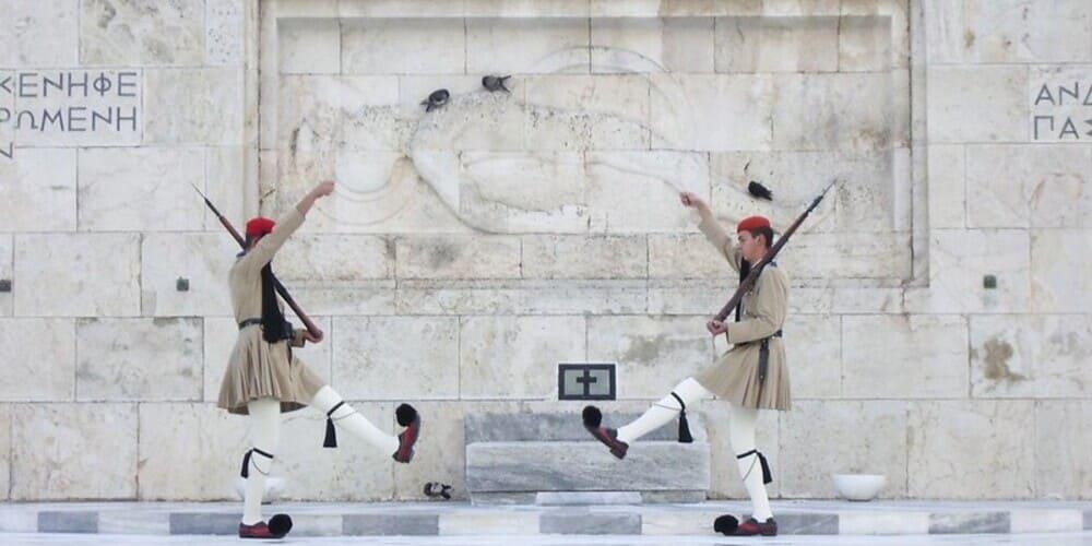 Evzoni custodial la Tumba al Soldado Desconocido, en la Plaza Syntagma, Atenas