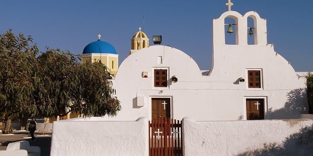 Iglesia blanca de Santorini. Cómo ir de Atenas a Santorini