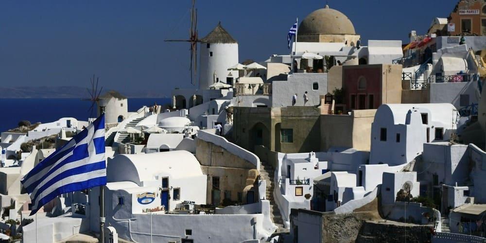 Molino de viento en un pueblo blanco de Santorini