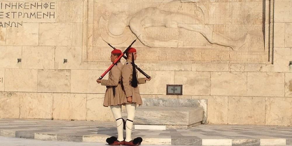 Dos evzoni, militares griegos, custodian la Tumba del Soldado Desconocido de la Plaza Síntagma, Atenas.
