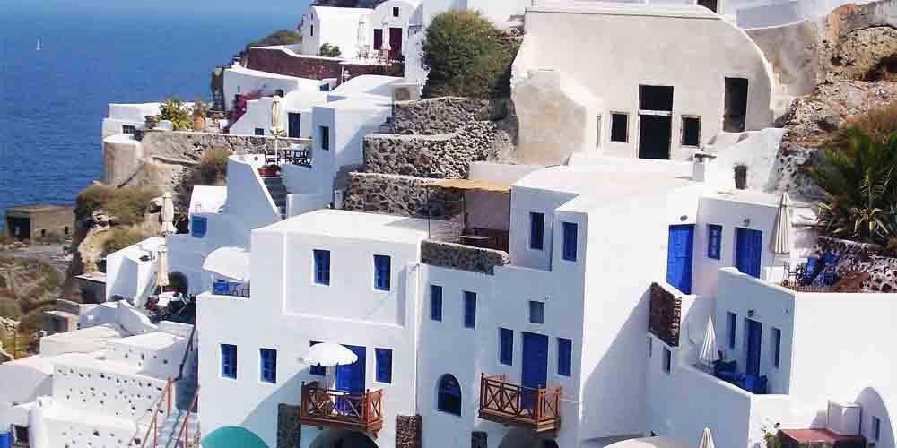 Casas blancas en la costa de Mykonos, una de las excursiones que recomendamos hacer en Atenas en 4 días.