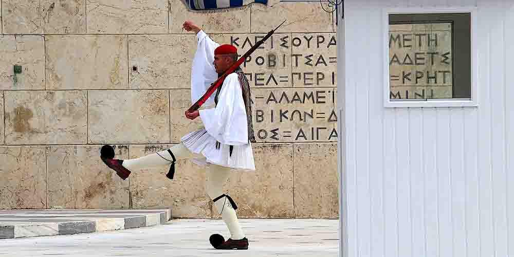 El famoso cambio de guardia de Atenas se hace delante del Monumento al Soldado Desconocido.