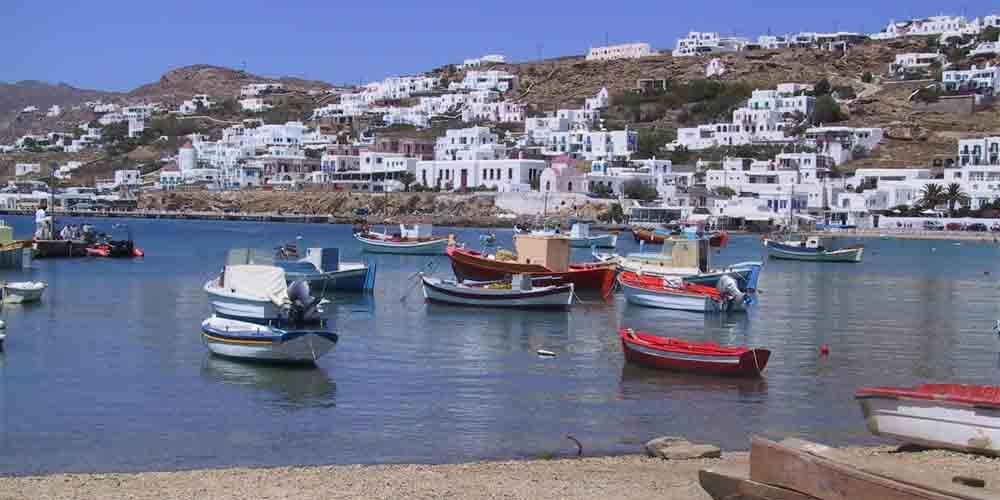 Barcos y ferrys para ir de Atenas a Mykonos.