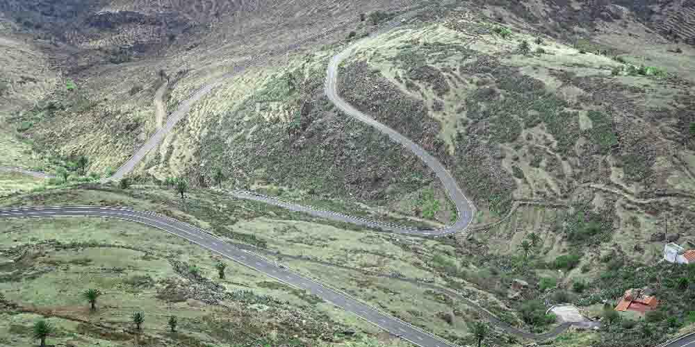 Carreteras serpenteantes hacia el Mirador de César Manrique.
