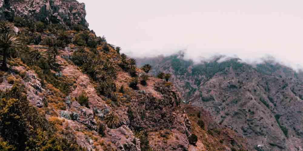 Paisaje de los roques para acceder a un mirador de La Gomera.