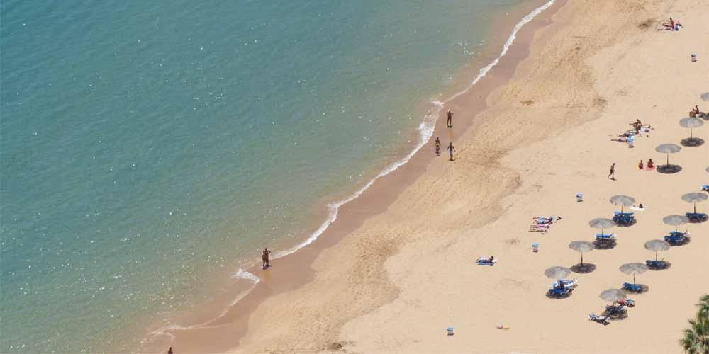 Bañistas en la playa de las Teresitas.