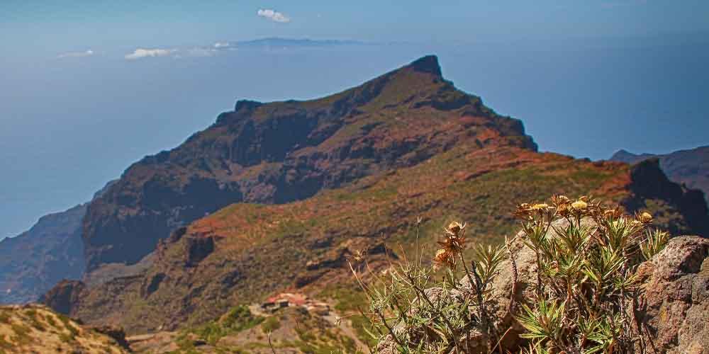 Vista de La Gomera desde un sendero en Tenerife norte.