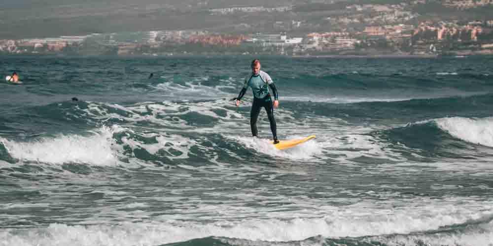 Un surfista que viene 3 días a Tenerife a la Playa de las Américas.