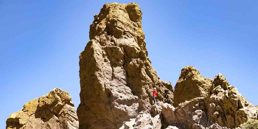 Un excursionista en una visita a Tenerife de 3 días haciendo una ruta por el Parque Nacional del Teide.