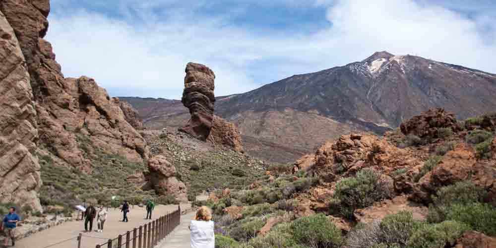 Excursionistas en un viaje de 5 días en Tenerife haciendo una ruta por las Cañadas del Teide.