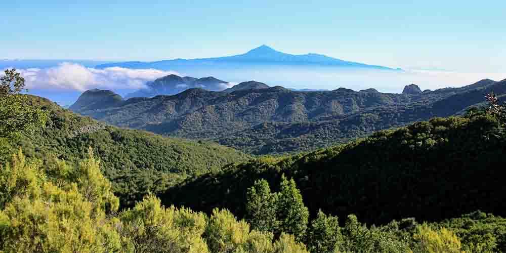 Vista del Teide de Tenerife desde uno de los miradores de La Gomera.