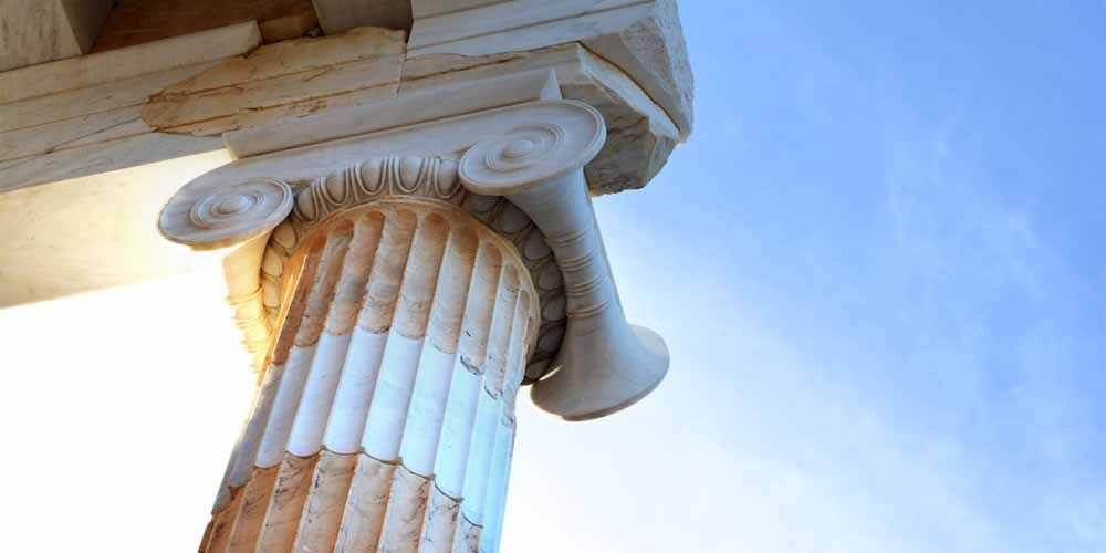 Columna jónica en uno de los monumentos que visitar en la Acrópolis de Atenas.
