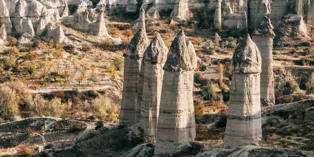 Visita a Capadocia en 3 días por el Valle del Amor, conocido por sus características formas rocosas.