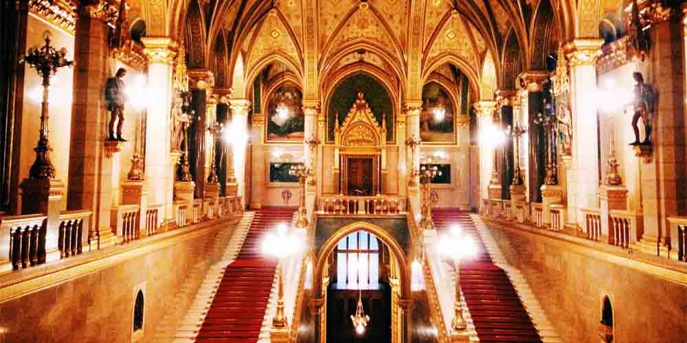 Sala de entrada en la visita al Parlamento de Budapest.