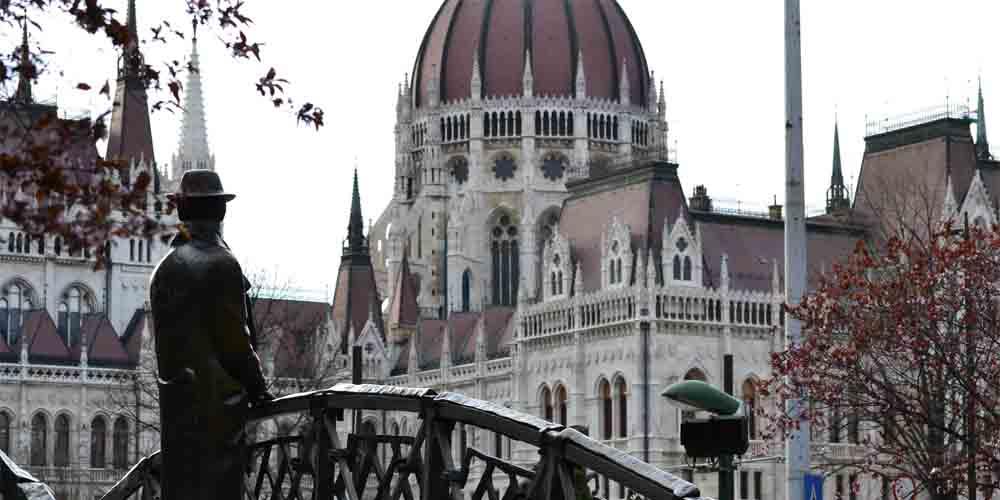 Una de las estatuas que se puede visitar alrededor del Parlamento de Budapest.