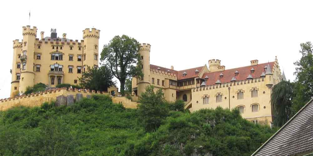 El autobús de Múnich al Castillo Neuschwanstein pasa por el Castillo Hohenschwangau.