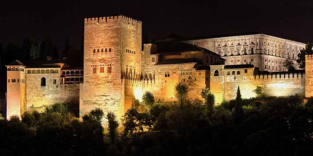Dónde comprar entradas a la Alhambra de noche, cuando está iluminada como se ve en la imagen.