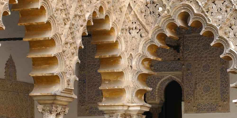 Arcos en los patios de la visita guiada al Alcázar de Sevilla.