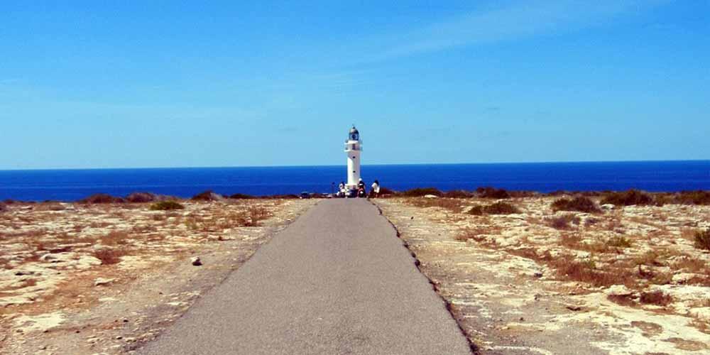 Es Cap de Barbaria, el faro más famoso que ver en Formentera en un día.