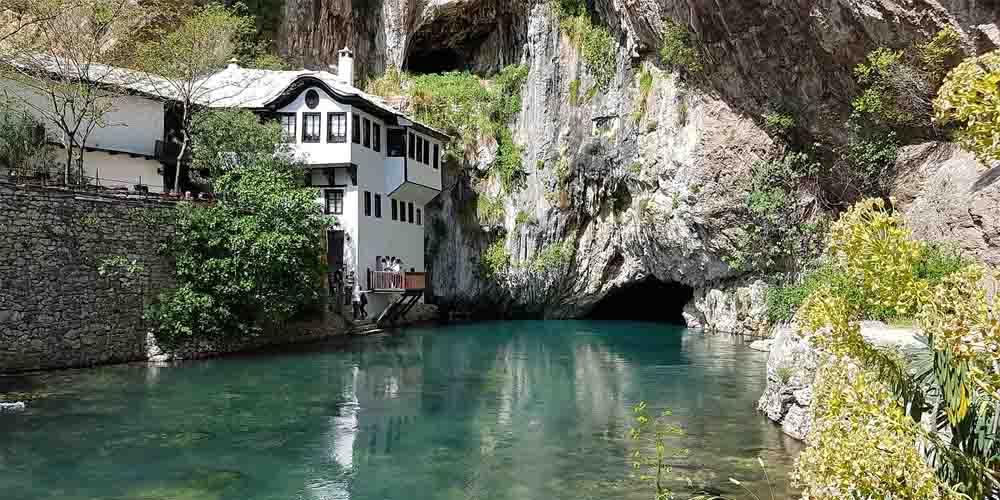 La casa Muslibegovic sobre el río Neretva como principal lugar que ver en Mostar en un día.