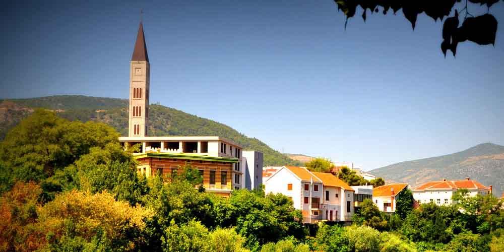 El campanario de la Iglesia católica de San Pedro y San Pablo.