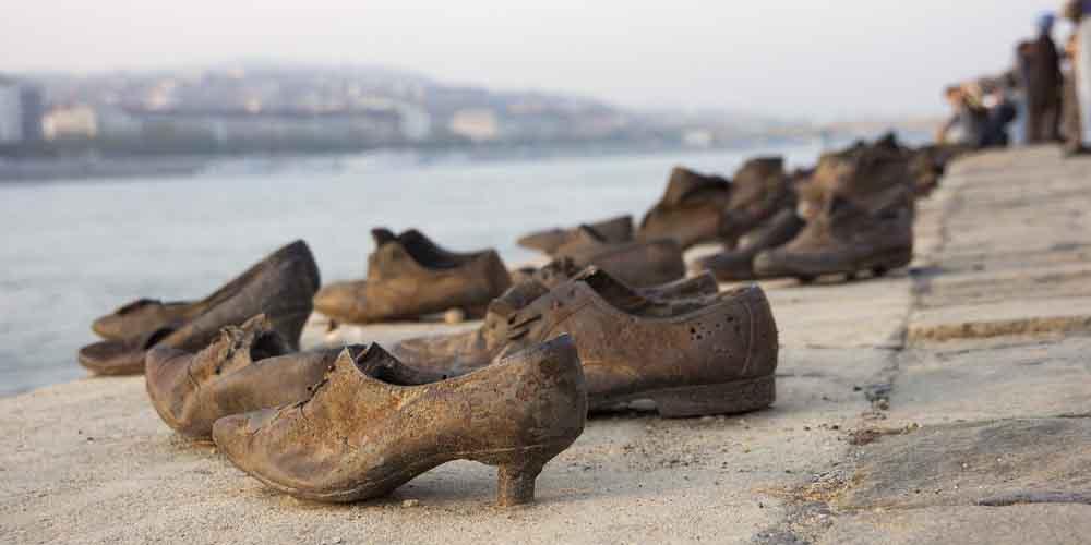 El Monumento de los Zapatos en el Barrio Judío de Budapest.