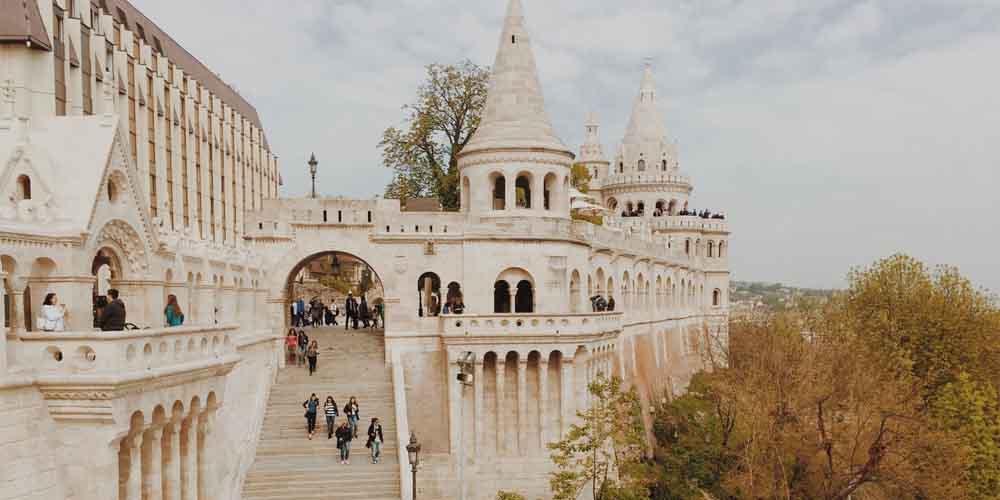 El Bastión de los Pescadores en el Castillo de Buda en Budapest.