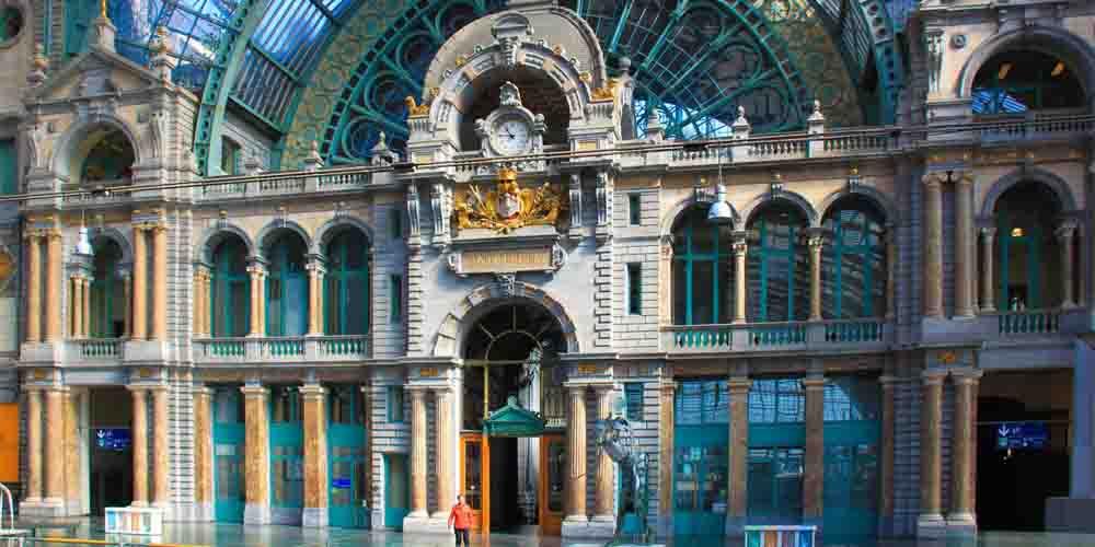 Cómo llegar de Bruselas a Amberes en tren hacia la Estación de Amberes que se ve en la imagen.