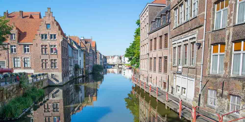 Uno de los canales que visitar en Gante.