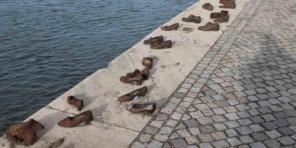 El Monumentos de los Zapatos de Budapest a orillas del río Danubio.