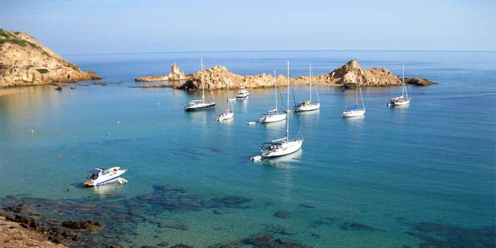 La Cala Pregoda, una de las mejores calas de Menorca con acceso en barco.