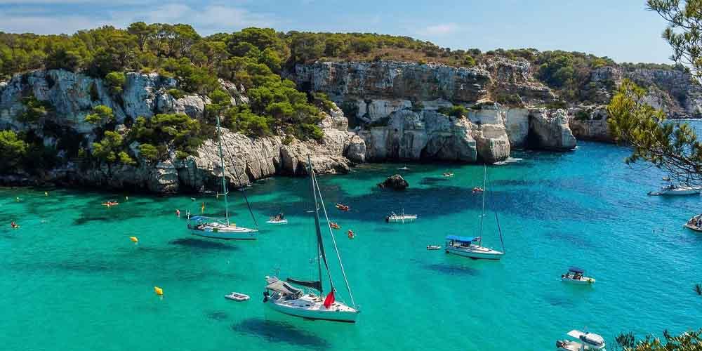 La Cala Macaralleta, una de las mejores calas de Menorca con acceso en barco.