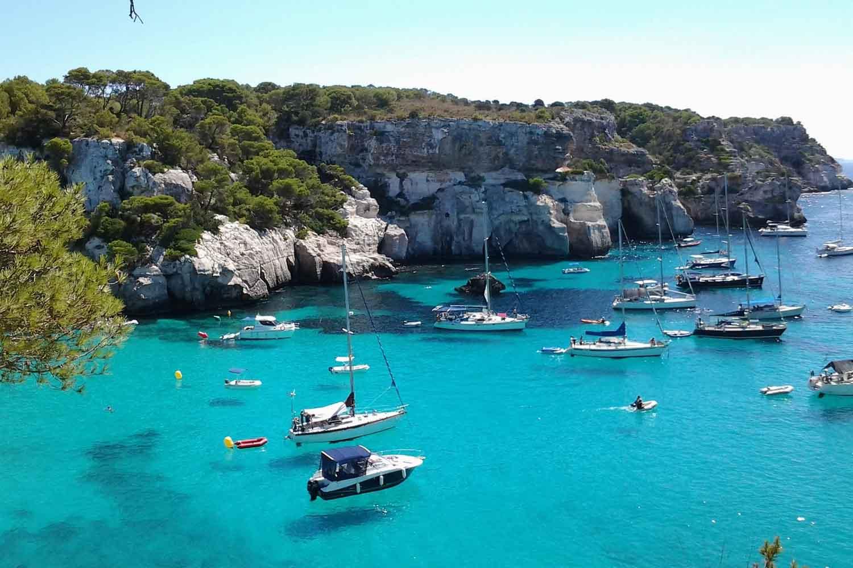 Las calas de Menorca con acceso en barco donde fondear