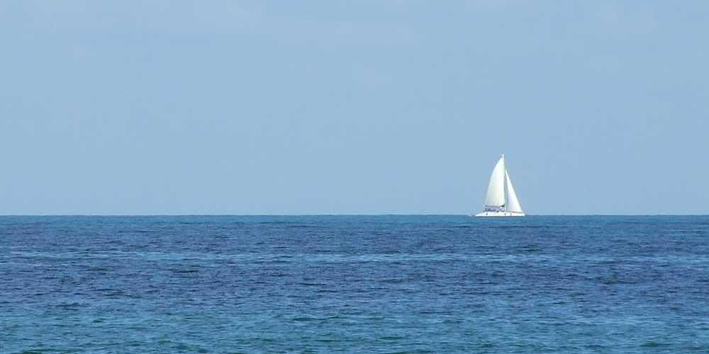 Cómo ir a Isla Mujeres desde Cancún en el barco que se ver en la imagen.