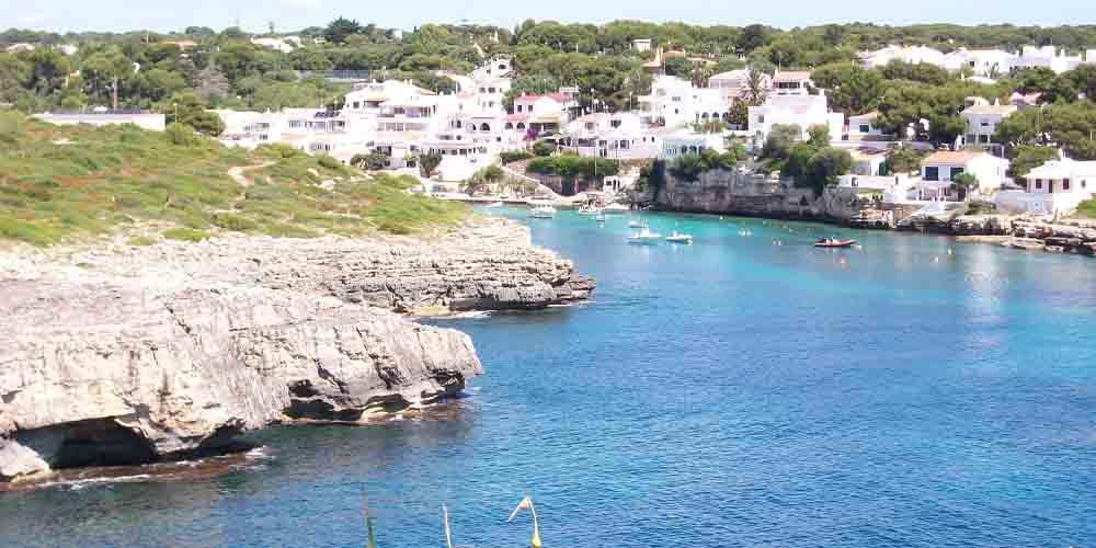 La bahía de Fornells, desde donde se puede ir a la Cueva de los Ingleses en Menorca.