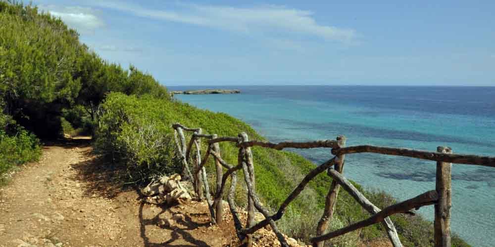 Camino para llegar a una de las cuevas de Menorca.