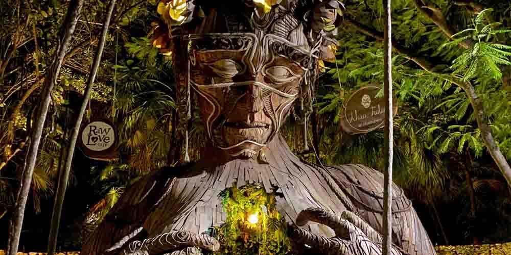 Visitar la gigantesca escultura de madera es una de las principales cosas que hacer en Tulum.