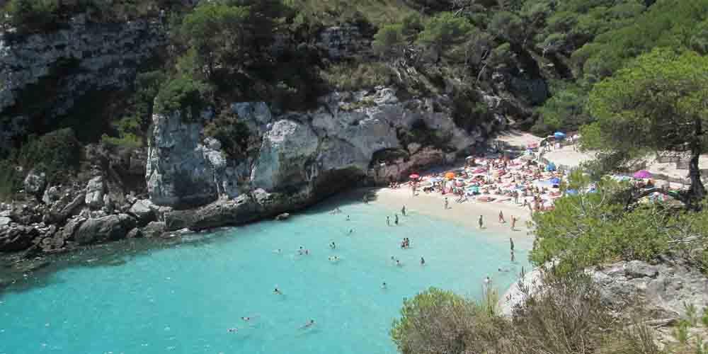 La Cala en Turqueta, una de las mejores calas de Menorca para ir en barco.