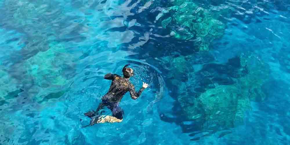 La Cala Macarella es otro de los mejores sitios donde hacer snorkel en Menorca.