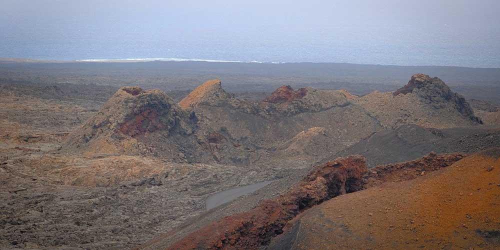 Paisaje volcánico al llegar al Parque de Timanfaya.