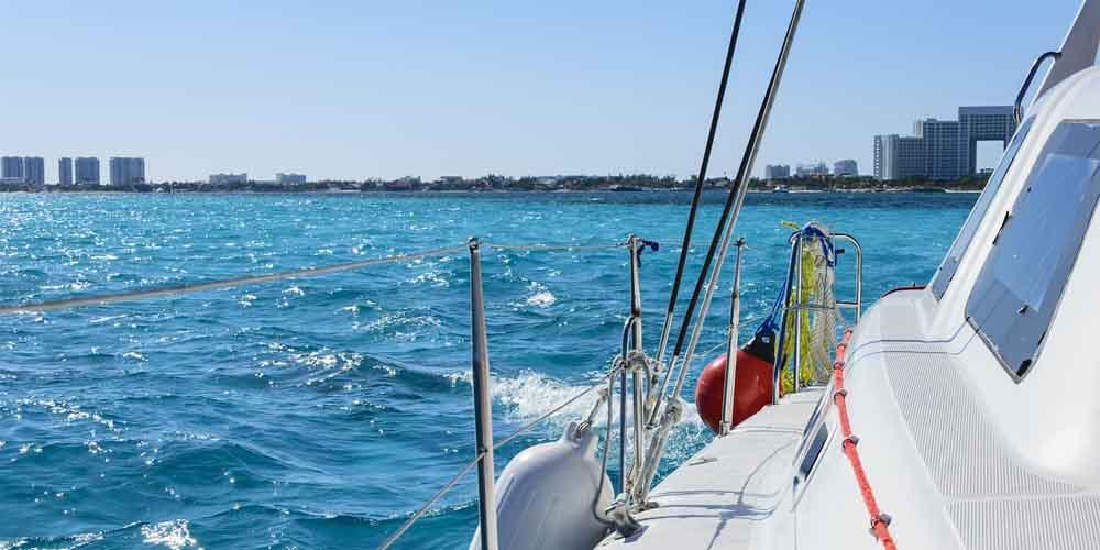 Barco que va a Isla Mujeres desde Puerto Juárez en Cancún.