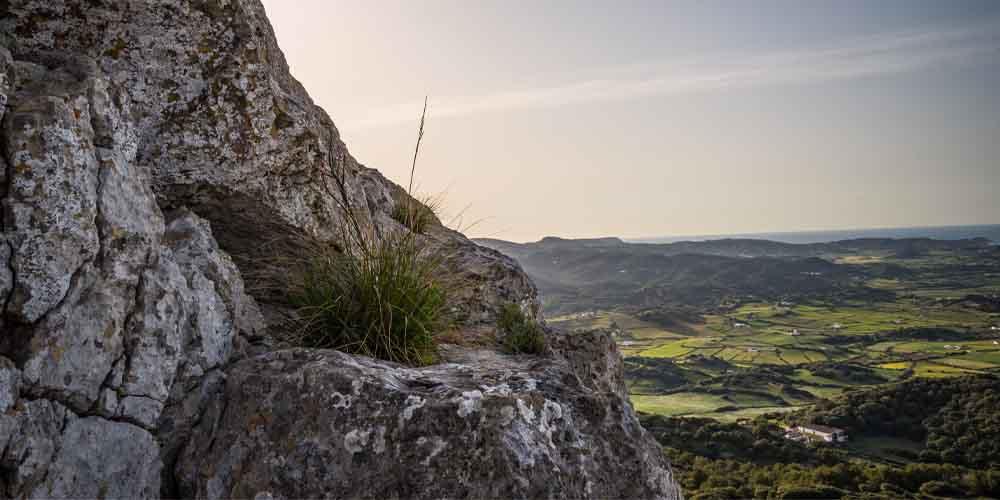 Vista del Monte Toro en la ruta por Menorca con niños.