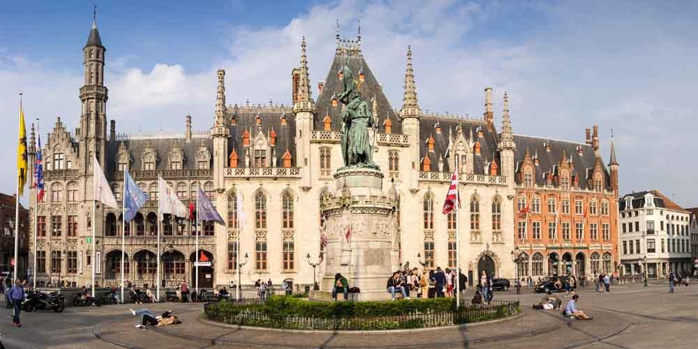 La plaza de Grote Markt que ver en Brujas y Gante en un día desde Bruselas.
