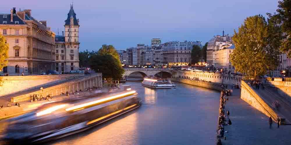 Una cena de noche en el Bateaux Mouche de París.