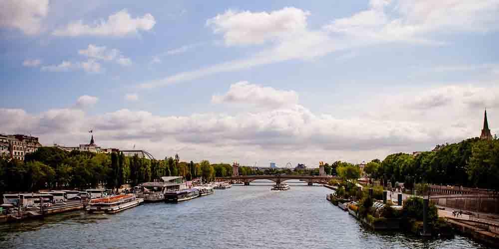 Imagenes del Batobus y el Bateaux Mouche por el Sena de París.