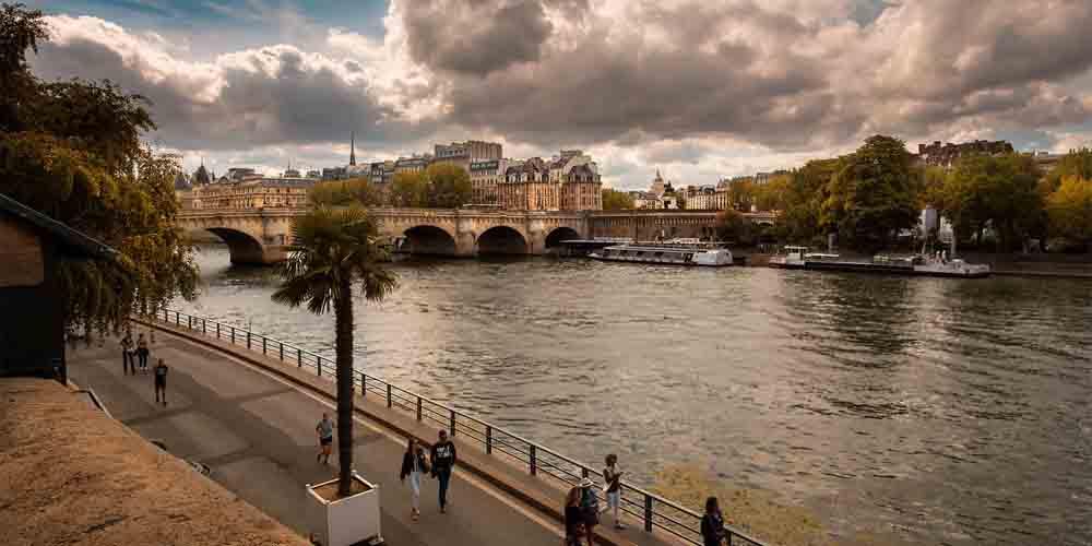 Imagen del Batobus y el Bateaux Mouche navegando por el río Sena.