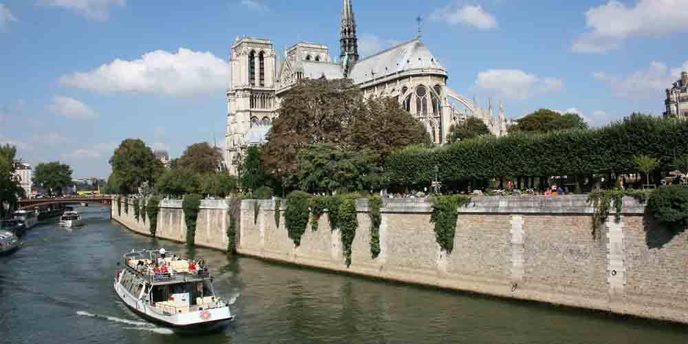 Un barco en la Catedral de Notre Dame, una de las paradas del Batobus de París.